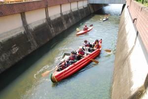 ボートとカヌーに乗って谷田川河川清掃中